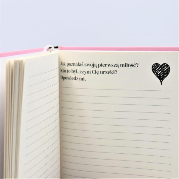 Zdjęcie książki pełnej miłości - prezentu dla mamy